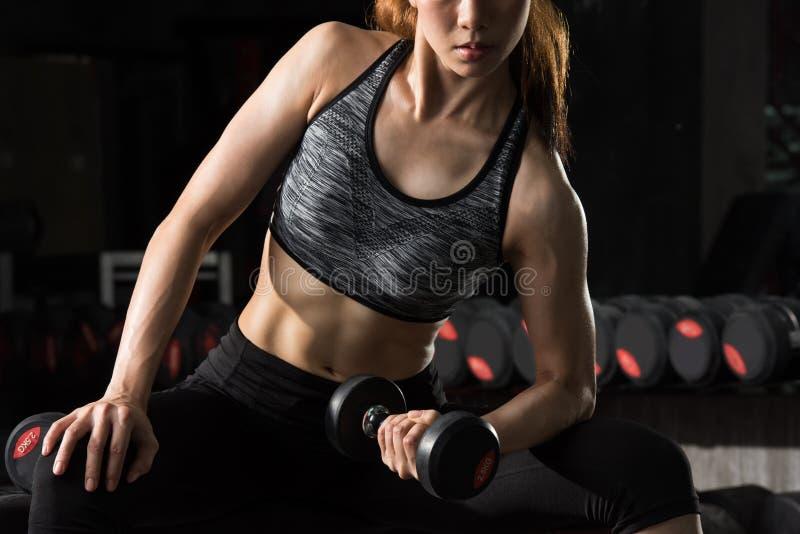 Azjatycki sprawności fizycznej kobiety udźwigu ciężar przy sprawności fizycznej centrum fotografia stock