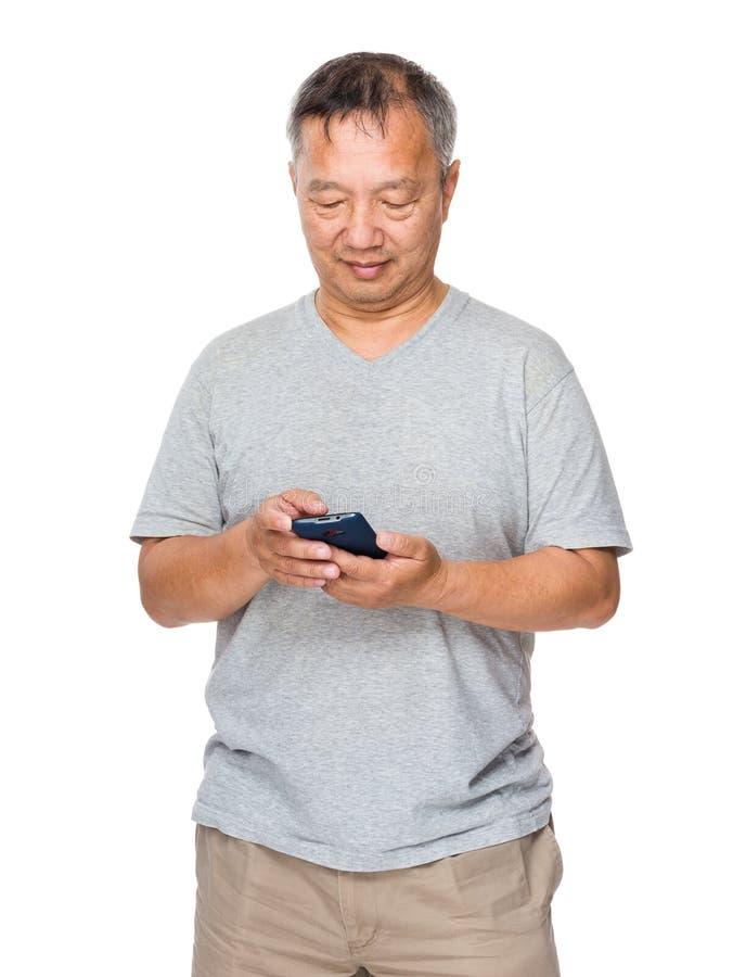 Azjatycki Starego mężczyzna use telefon komórkowy obrazy royalty free