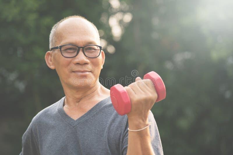 Azjatycki Starszego mężczyzna podnośny dumbbell fotografia royalty free