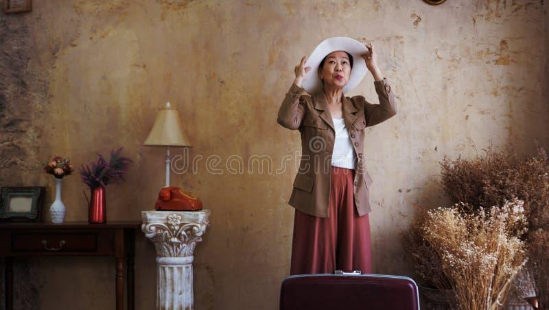 Azjatycki starszy kobieta rocznika kapelusz, retro moda z podróży luggag obraz royalty free