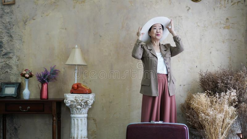 Azjatycki starszy kobieta rocznika kapelusz, retro moda z podróży luggag obrazy royalty free
