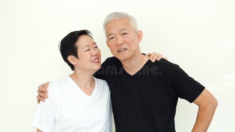 Azjatycki starszy para uśmiech, życie bez zmartwienia na białym backgroun zdjęcia royalty free