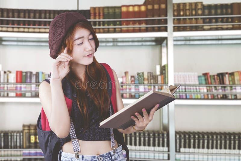 Azjatycki studencki uczenie w bibliotece zdjęcie royalty free