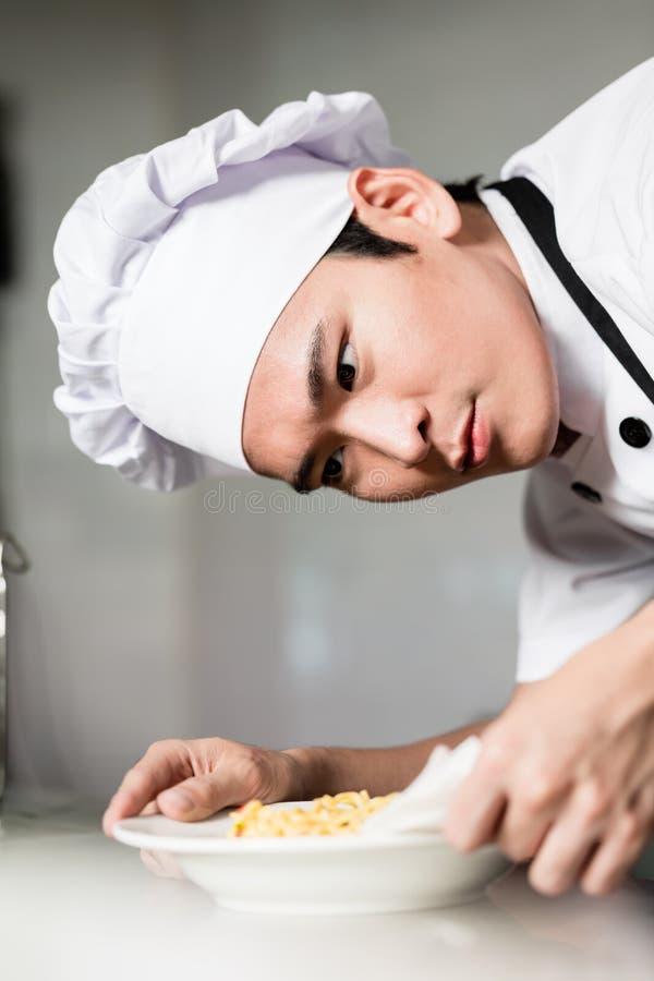 Azjatycki szef kuchni matrycuje w górę pucharu jedzenie fotografia royalty free