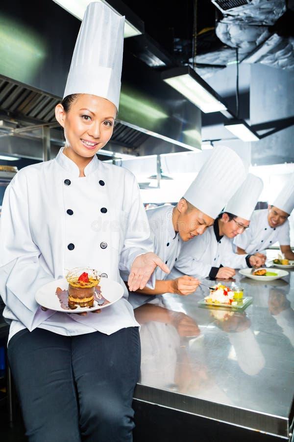 Azjatycki szef kuchni w restauracyjnym kuchennym kucharstwie obrazy royalty free