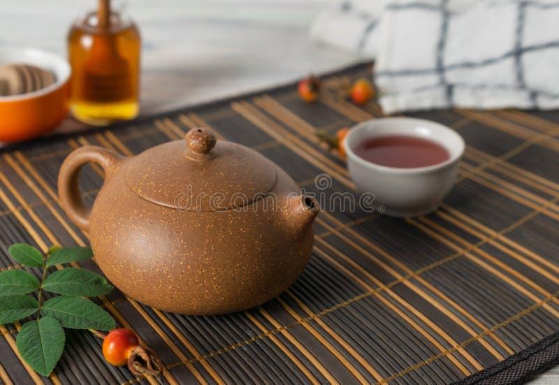 Azjatycki tradycyjny herbaciany garnek z zdrową naturalną ziołową herbatą fotografia royalty free