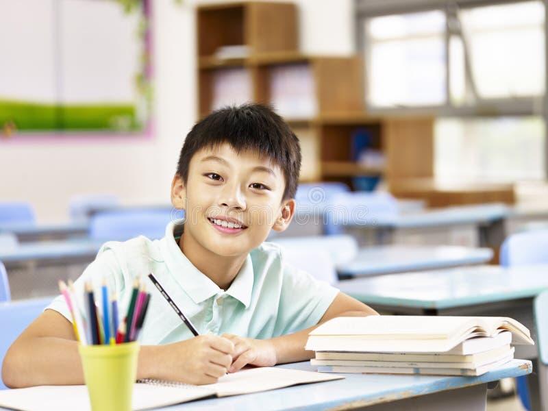 Azjatycki uczniowski studiowanie w sala lekcyjnej zdjęcie stock