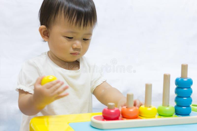 Azjatycki uroczy dziecko jeden rok bawić się kolorowego łamigłówka ostrosłup zdjęcie royalty free