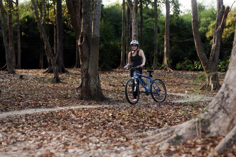 Azjatycki womanl Z bicyklem obraz stock