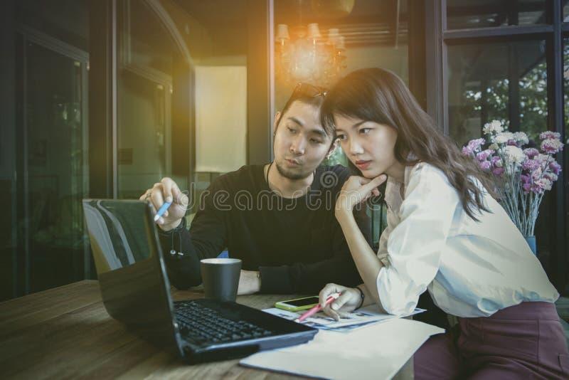 Azjatycki zaczyna up przy h, freelance drużynowy działanie z komputerowym laptopem obraz stock
