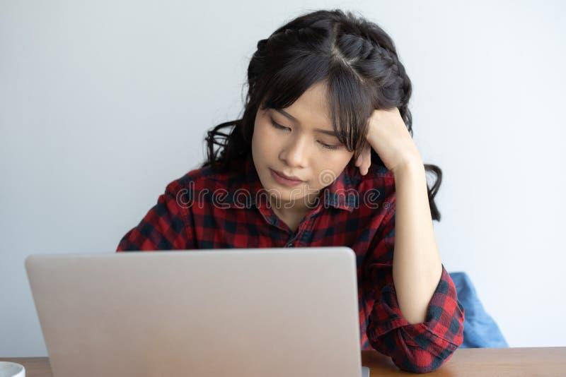 Azjatyckich kobiet stresujący działanie z komputerem przez długi czas, Biurowy syndromu pojęcie zdjęcie royalty free