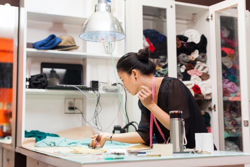 Azjatyckich kobieta krawczyny mody ubrań smokingowy projektant zdjęcia royalty free
