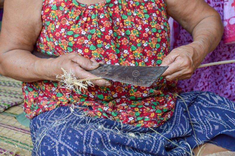 Azjatyckie babcie żłobią bambusa maczetami, wykorzystują bambusa Bambusowy wickerwork zdjęcia stock