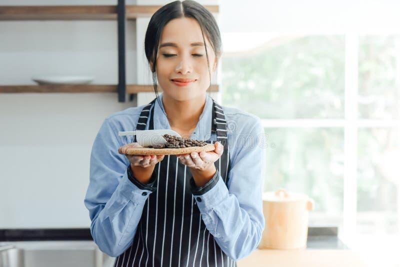 Azjatyckie barista kobiety wącha kawę zdjęcia royalty free