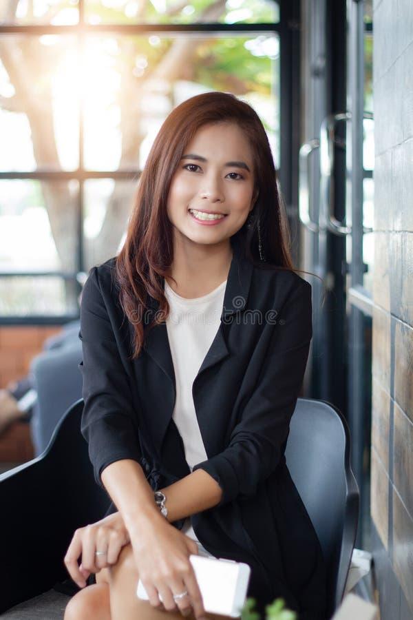 Azjatyckie biznesowe kobiety i grupowy używa notatnik dla spotykać i biznesowych kobiet ono uśmiecha się szczęśliwi dla pracować zdjęcie stock