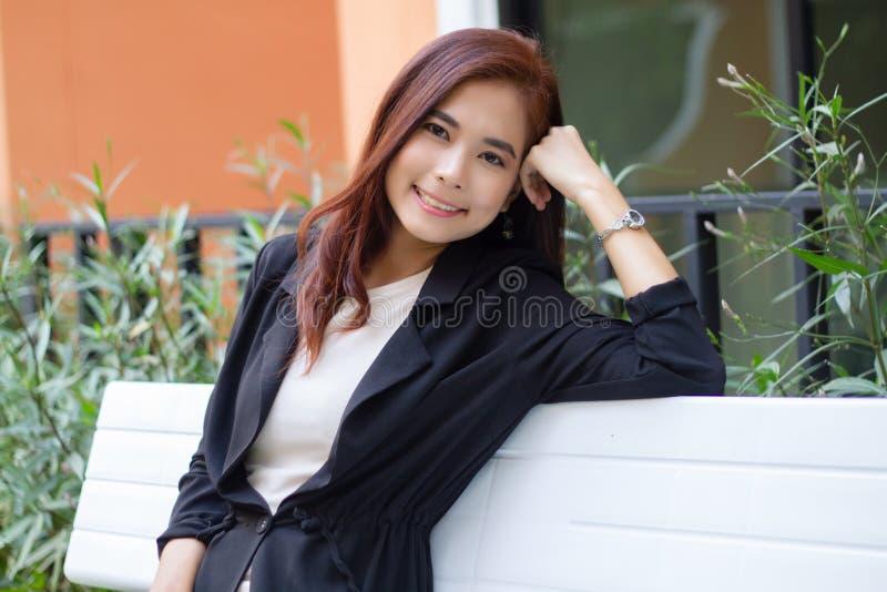 Azjatyckie biznesowe kobiety i grupowy używa notatnik dla spotykać i biznesowych kobiet ono uśmiecha się szczęśliwi dla pracować obraz royalty free