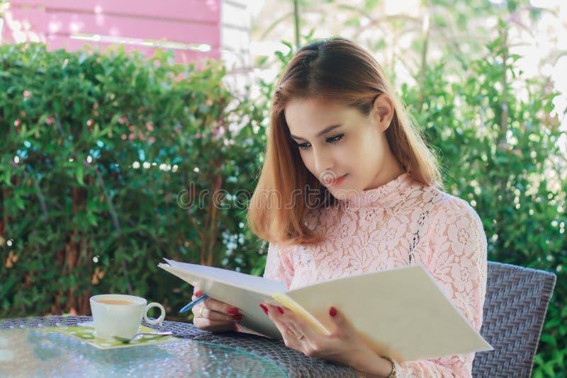 Azjatyckie biznesowe kobiety pracuje książkę, pisze i sprawdza doc zdjęcie royalty free