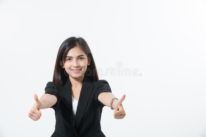 Azjatyckie biznesowe kobiety są uśmiechnięte i Walą w górę ręka znaka pracować, sukces szczęśliwego i wygranego na białym tle dla zdjęcia stock