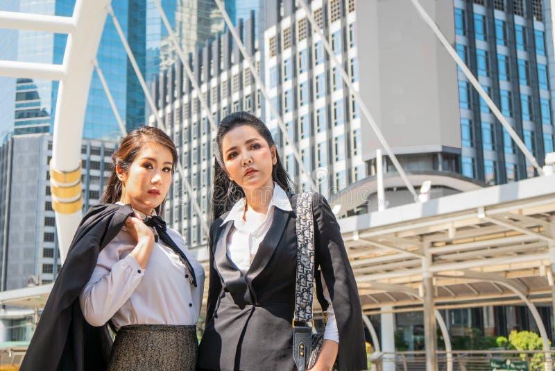 Azjatyckie biznesowe kobiety stoi wpólnie plenerowego w mieście obrazy royalty free