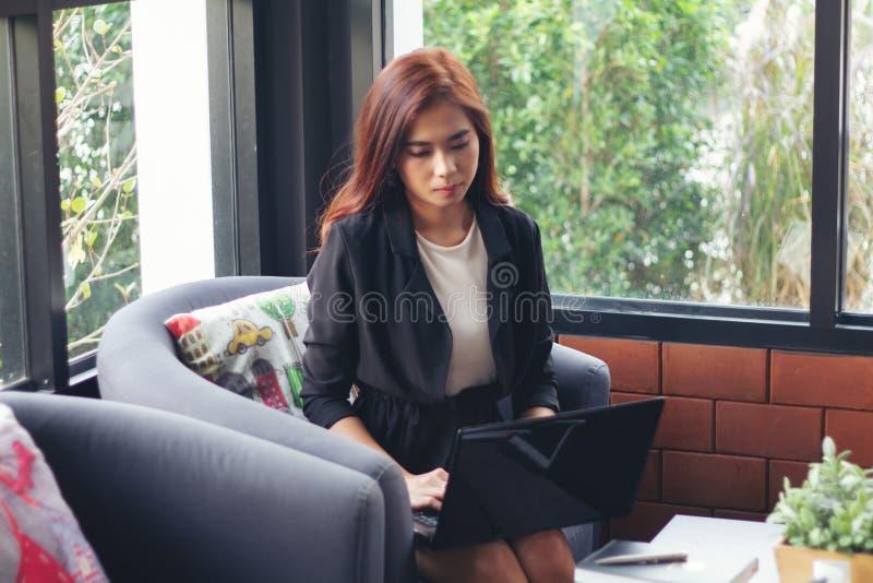 Azjatyckie biznesowe kobiety używa notatnika dla pracować zdjęcia stock