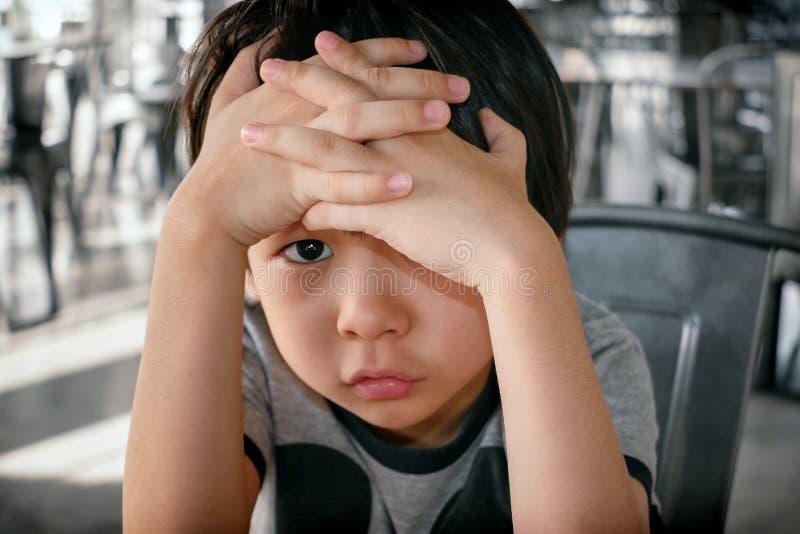 Azjatyckie chłopiec pokrywy Stawiają czoło Stronniczo z Dwa rękami fotografia royalty free