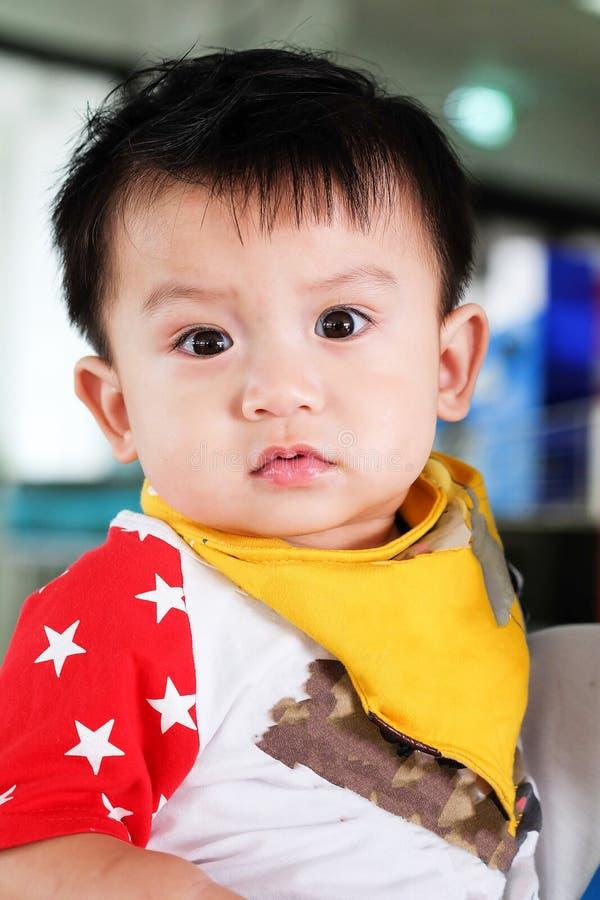 Azjatyckie chłopiec są przyglądające dla ciekawych rzeczy obrazy royalty free