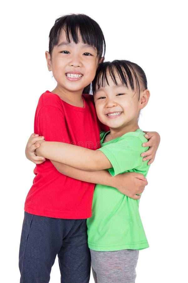 Azjatyckie Chińskie małe dziewczynki ściska each inny zdjęcie stock