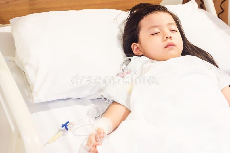 Azjatyckie dziewczyny chore w szpitalu zdjęcie stock