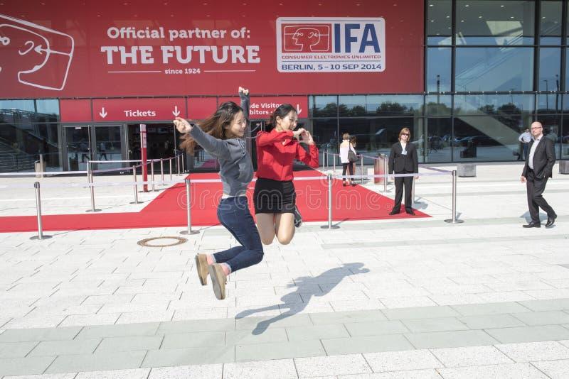 Azjatyckie dziewczyny cieszą się IFA Berlin obraz royalty free