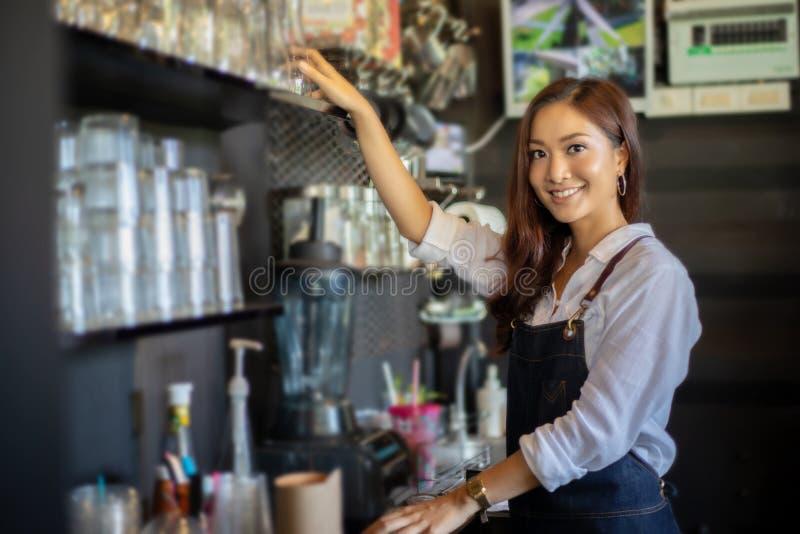 Azjatyckie kobiety Barista uśmiecha się kawową maszynę i używa w kawie s zdjęcie stock