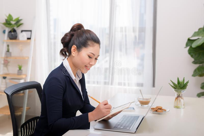 Azjatyckie kobiety freelancer kobiety ręki z pióra writing na notatniku zdjęcie royalty free