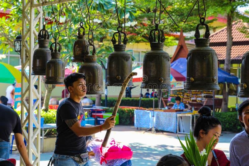 Azjatyckie kobiety i mężczyźni używają dzwonkowego knocker obrazy stock