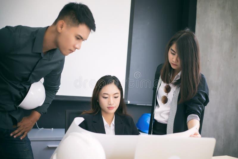 Azjatyckie kobiety i mężczyzna inżyniery dyskutuje biznesowego projekt i sm fotografia stock