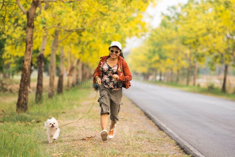 Azjatyckie kobiety jogging z psem obraz stock