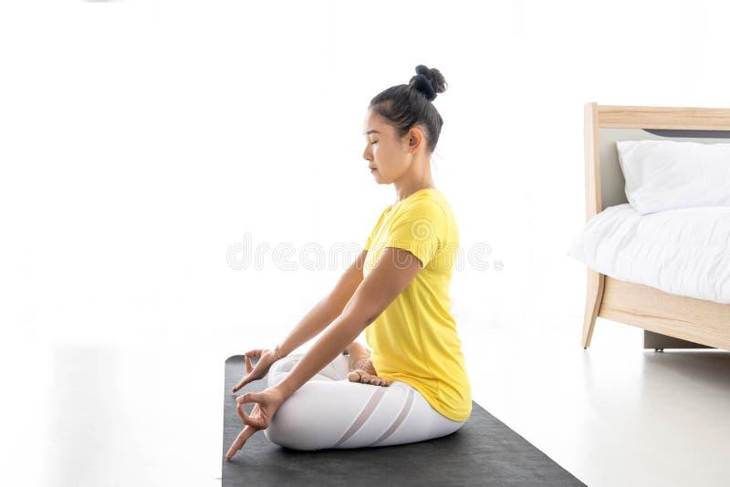 Azjatyckie kobiety medytują podczas gdy ćwiczyć joga, niezależni pojęcia, relaksujące kobiety obraz royalty free