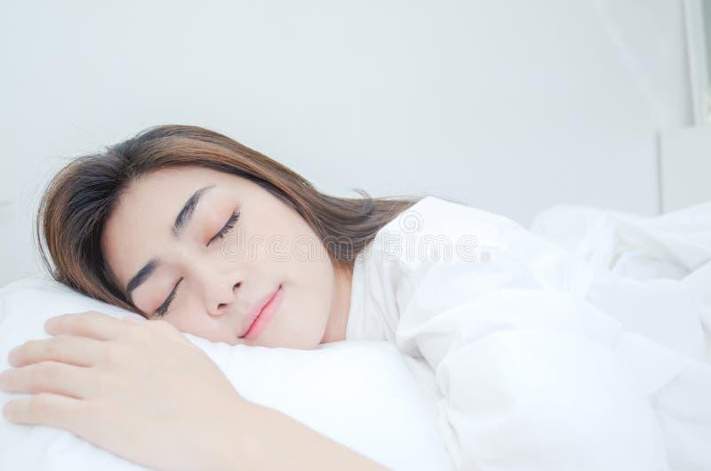 Azjatyckie kobiety no są wygodne z bólem zdjęcia royalty free