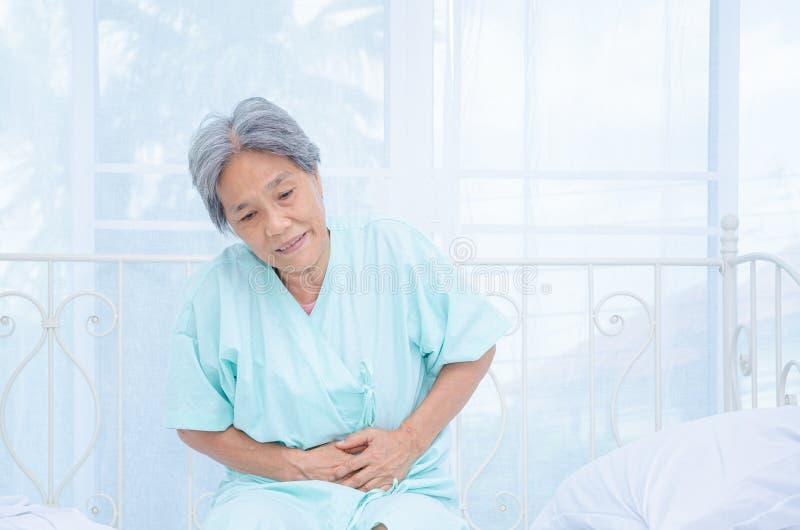 Azjatyckie kobiety no są wygodne z bólem zdjęcie stock