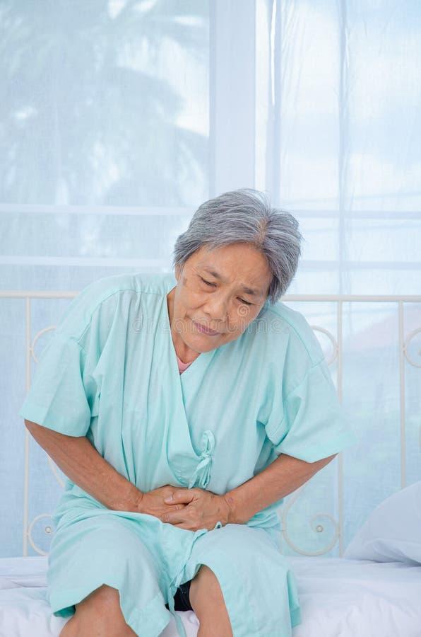 Azjatyckie kobiety no są wygodne z bólem obraz stock