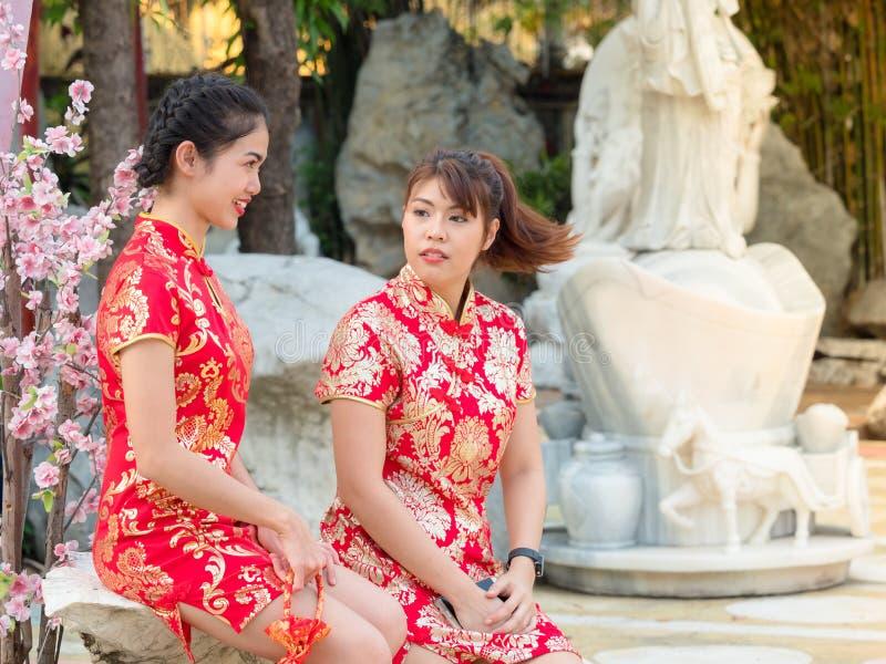 Azjatyckie kobiety opowiada Chińskiego nowego roku w Chińskich krajowych kostiumach obrazy stock