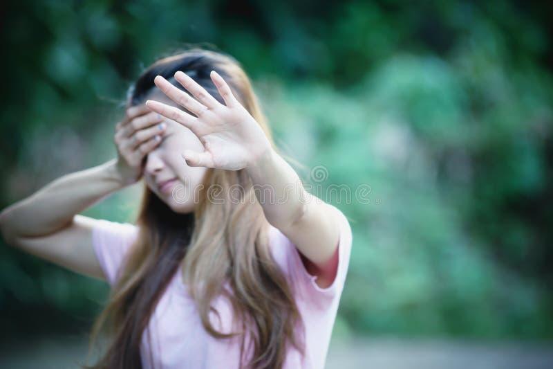 Azjatyckie kobiety pokazuje przerwy ręki gest obrazy stock