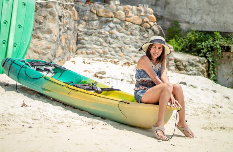 Azjatyckie kobiety Siedzą na kajaka parking na plaży zdjęcie stock