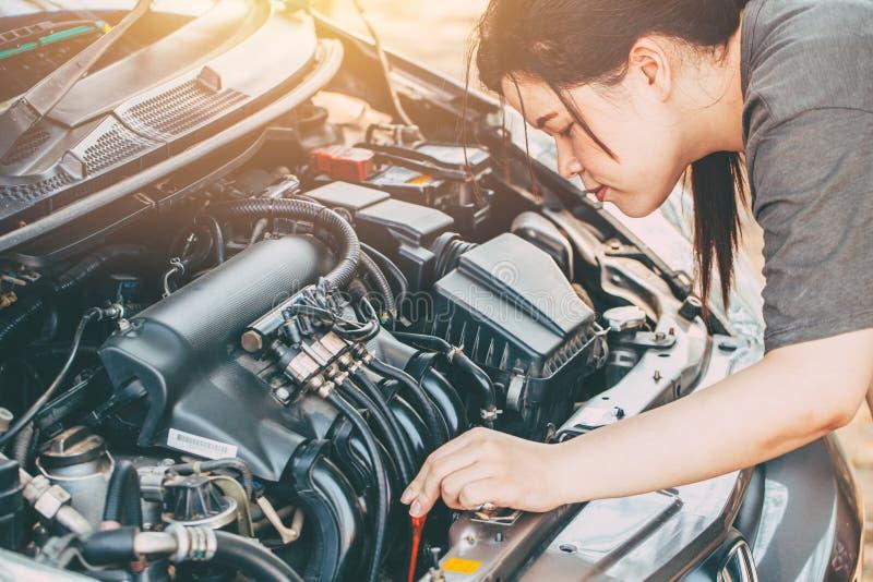 Azjatyckie kobiety sprawdza samochodowego LPG silnika przed iść wycieczka zdjęcie royalty free