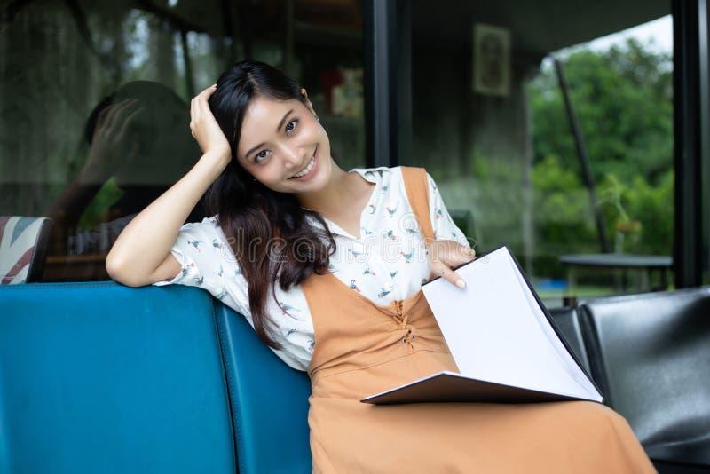Azjatyckie kobiety, szczęśliwy Relaksować w kawie s i zdjęcia royalty free