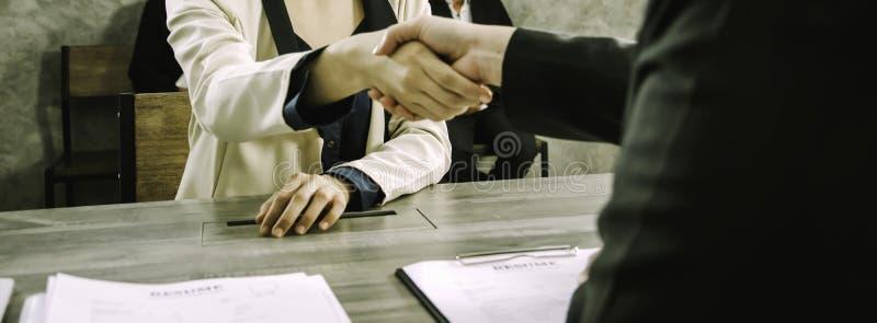Azjatyckie kobiety, trząść ręk dział zasobów ludzkich Wydziałowej firmy gratulować żeńskich kandydatów wybierających pracować, po zdjęcie royalty free