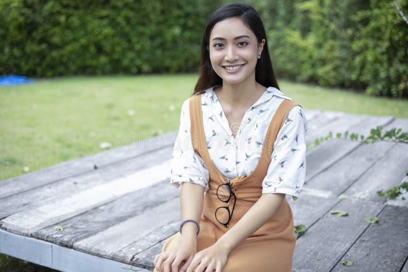 Azjatyckie kobiety uśmiechnięte przy plenerowym i szczęśliwy Relaksujący czas obrazy stock
