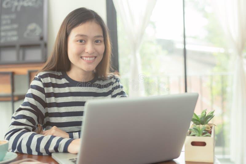 Azjatyckie kobiety używają notatnika szczęśliwie obrazy royalty free