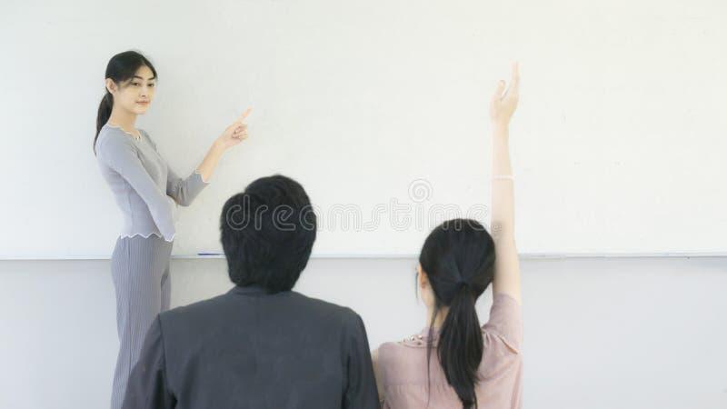 Azjatyckie kobiety uczą ucznia przy whiteboard sala lekcyjną obraz royalty free