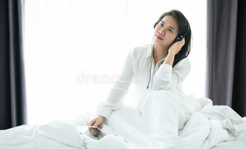 Azjatyckie kobiety zabawę i cieszą się Słuchać muzyka Po wak zdjęcia royalty free