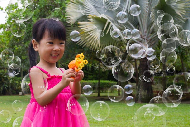 Azjatyckie Małe Chińskie dziewczyny Strzela bąble od bąbel dmuchawy zdjęcia stock