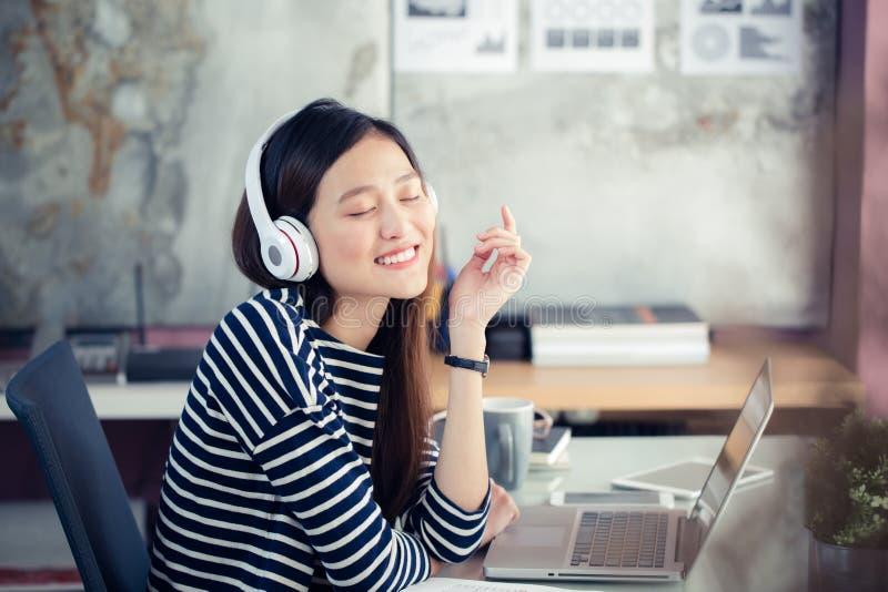 Azjatyckie nastoletnie dziewczyny szczęśliwie słuchają muzyka obrazy royalty free